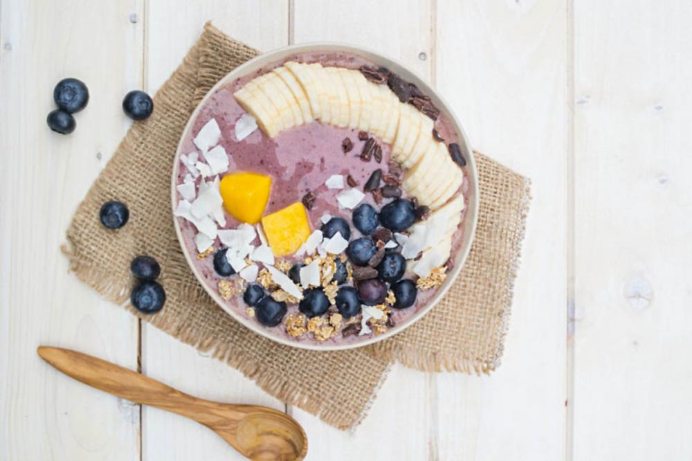 Der Sommer in einer Schüssel: mit dem richtigen Topping wird diese Bowl eine echte Vitamin-Bombe.