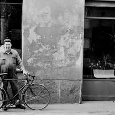1978 Milano- Riparatore di bici.jpg