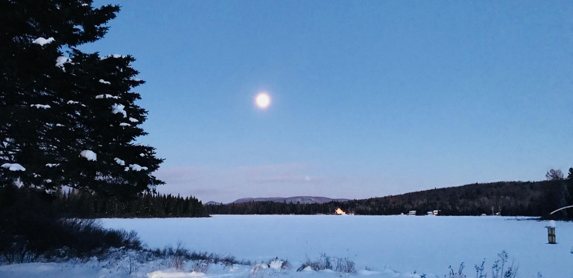 Chalet à louer au Québec | face au lac | 4 saisons Le Cocooning L'Ascension | Lune