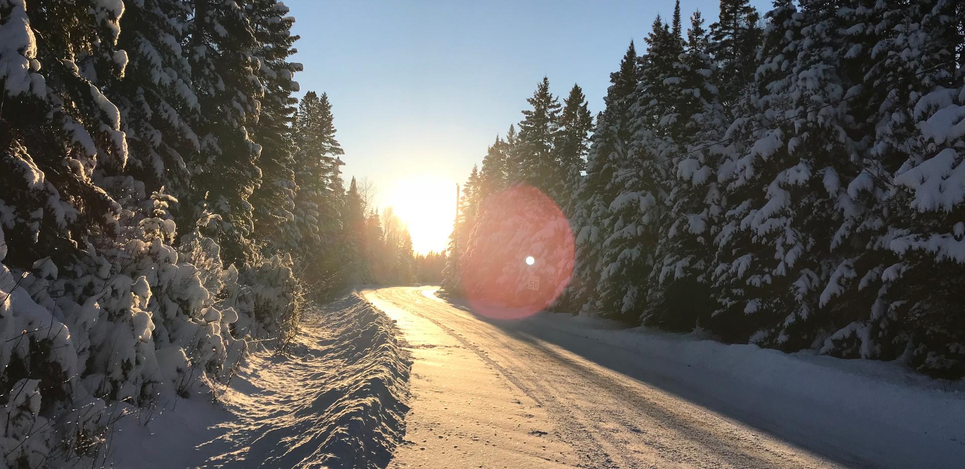 Chalet à louer au Québec | face au lac | 4 saisons Le Cocooning L'Ascension | Promenade en hiver