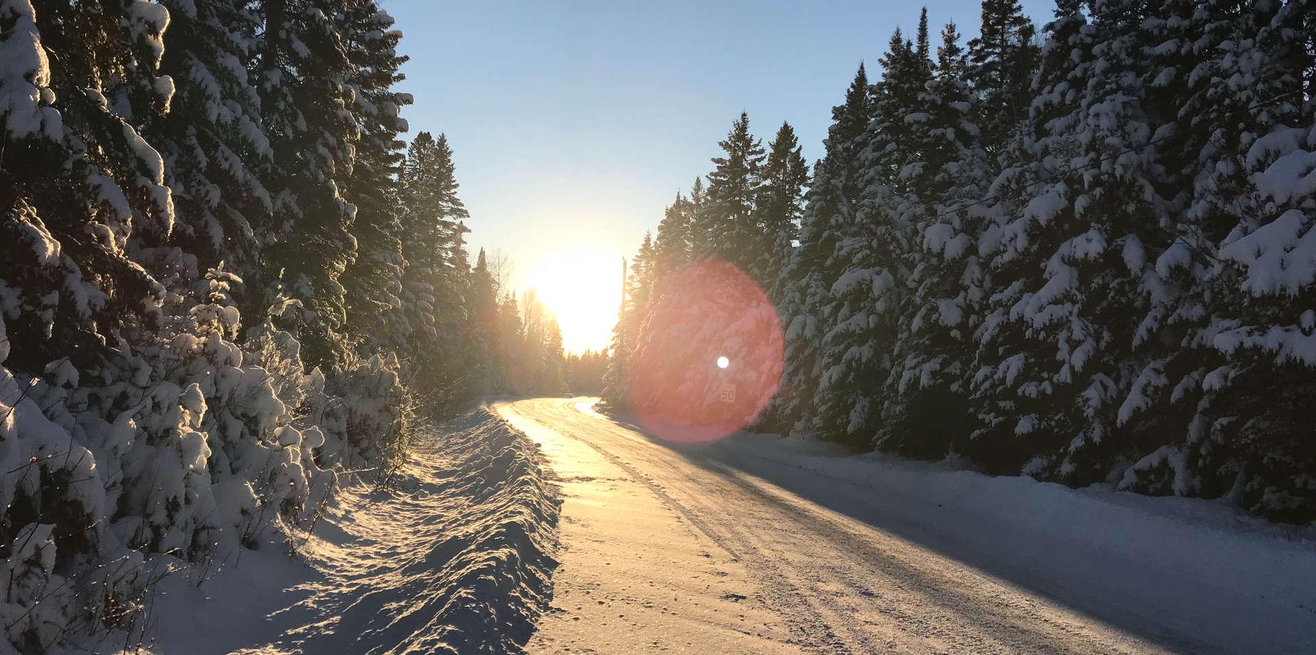 Chalet à louer au Québec   face au lac   4 saisons Le Cocooning L'Ascension   Promenade en hiver