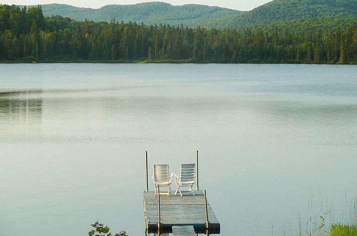 Chalet à louer au Québec   face au lac   4 saisons Le Cocooning L'Ascension   Le lac et le quai