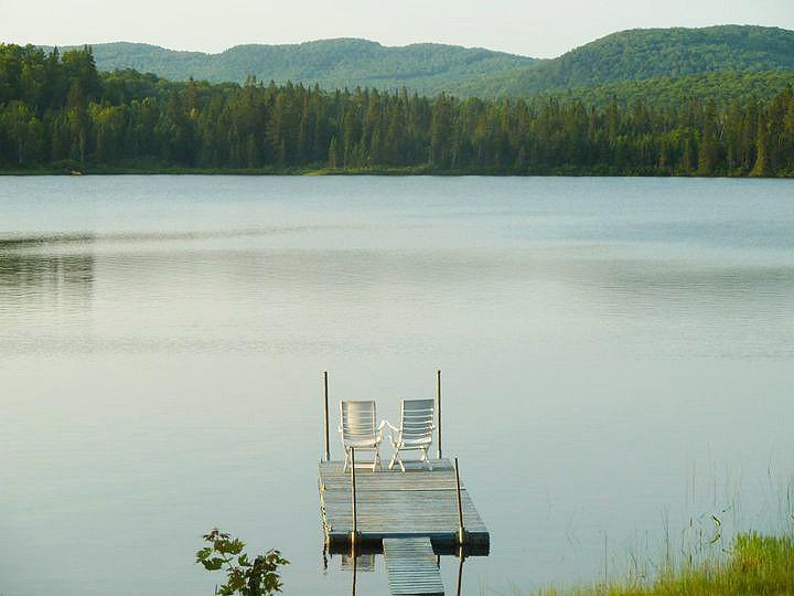 Chalet à louer au Québec | face au lac | 4 saisons Le Cocooning L'Ascension | Le lac et le quai
