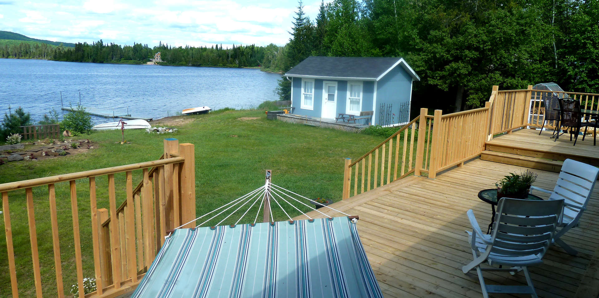 Chalet à louer au Québec   face au lac   4 saisons Le Cocooning L'Ascension   Vérands, hammac et cabane à jardin