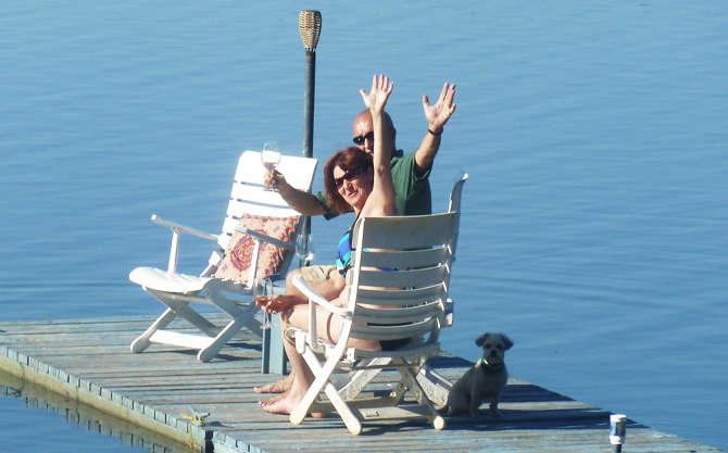 Chalet à louer au Québec | face au lac | 4 saisons Le Cocooning L'Ascension | Apéro sur le quai