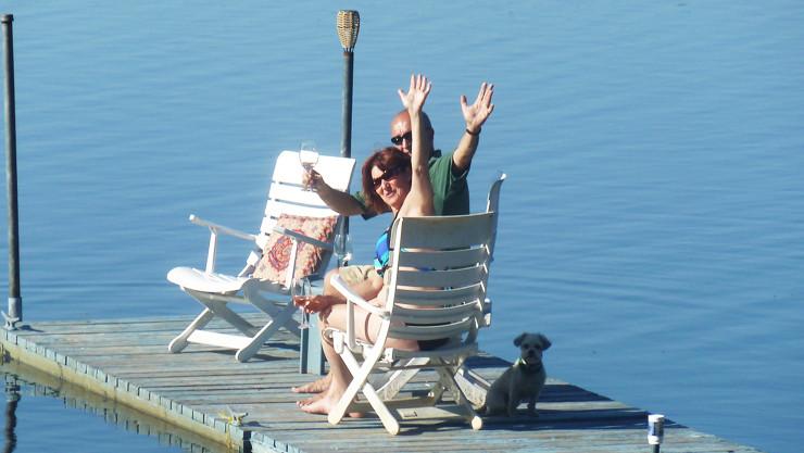 Chalet à louer au Québec   face au lac   4 saisons Le Cocooning L'Ascension   Apéro sur le quai
