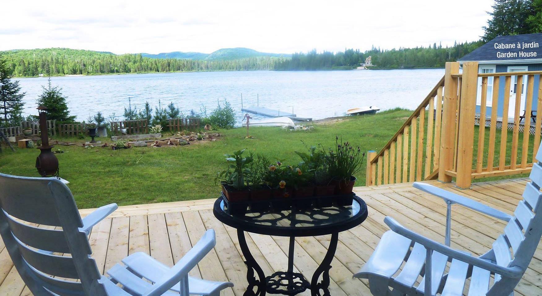 Chalet à louer au Québec | face au lac | 4 saisons Le Cocooning L'Ascension | Véranda face au lac et cabane à jardin