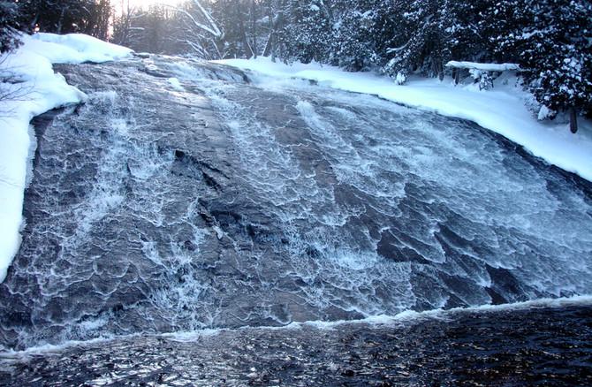 Chalet à louer au Québec   face au lac   4 saisons Le Cocooning L'Ascension   Chutes