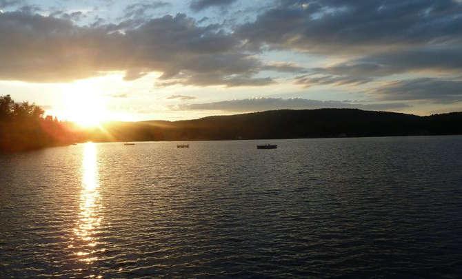 Chalet à louer au Québec | face au lac | 4 saisons Le Cocooning L'Ascension | Couché de soleil sur le quai