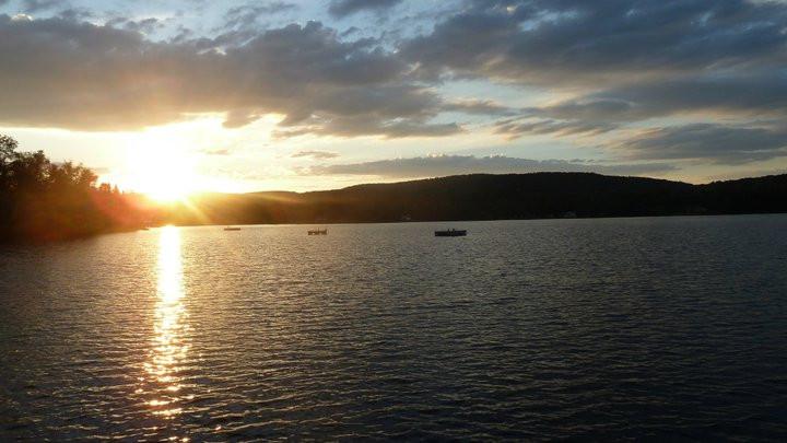 Chalet à louer au Québec   face au lac   4 saisons Le Cocooning L'Ascension   Couché de soleil sur le quai