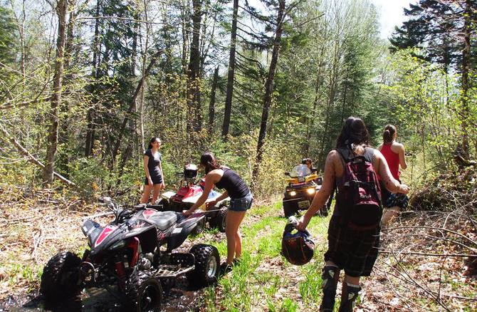 Chalet à louer au Québec   face au lac   4 saisons Le Cocooning L'Ascension   Sentier de Quad et 4 roues