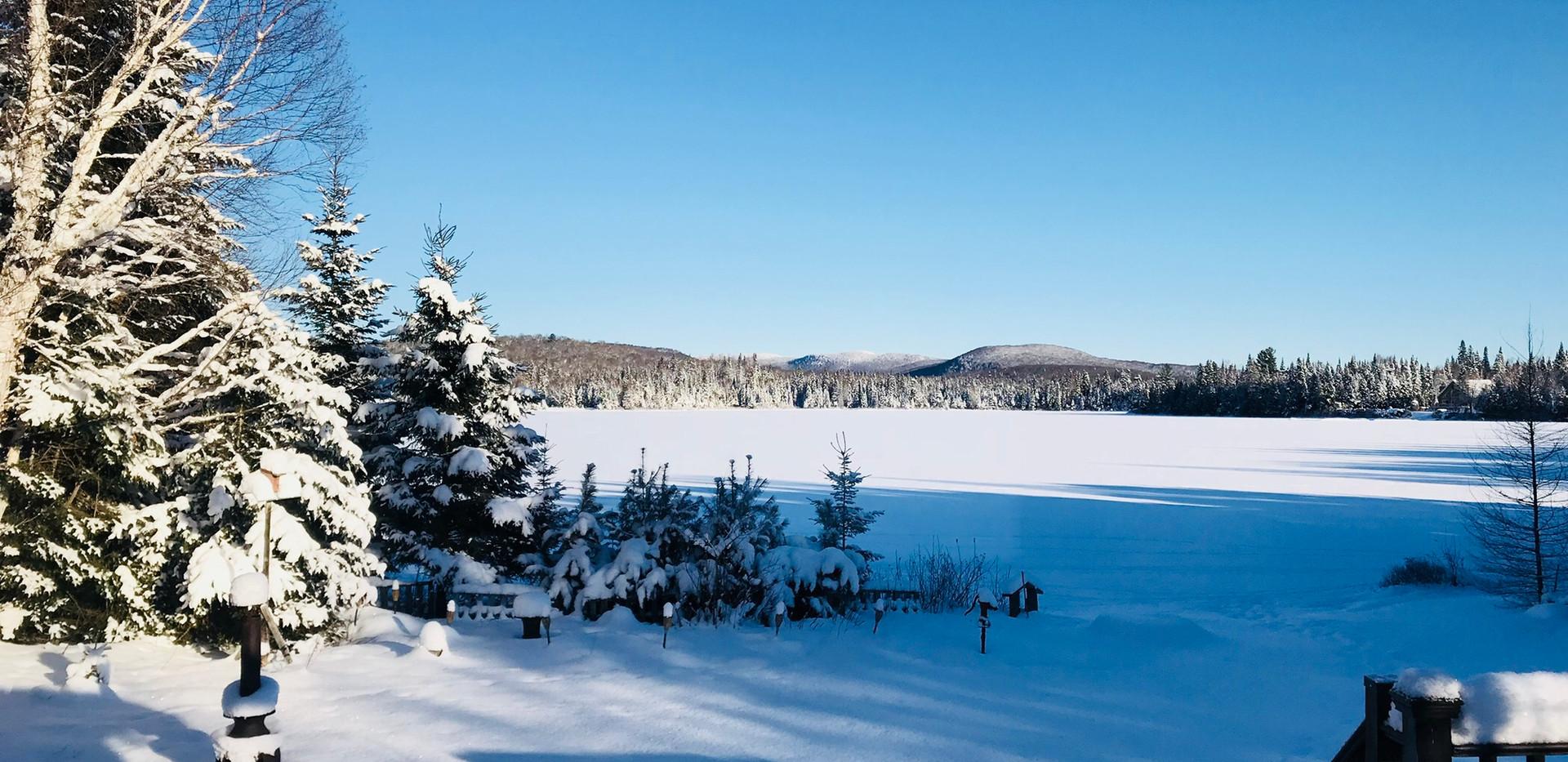 Chalet à louer au Québec | face au lac | 4 saisons Le Cocooning L'Ascension | Vue de l'intérieure