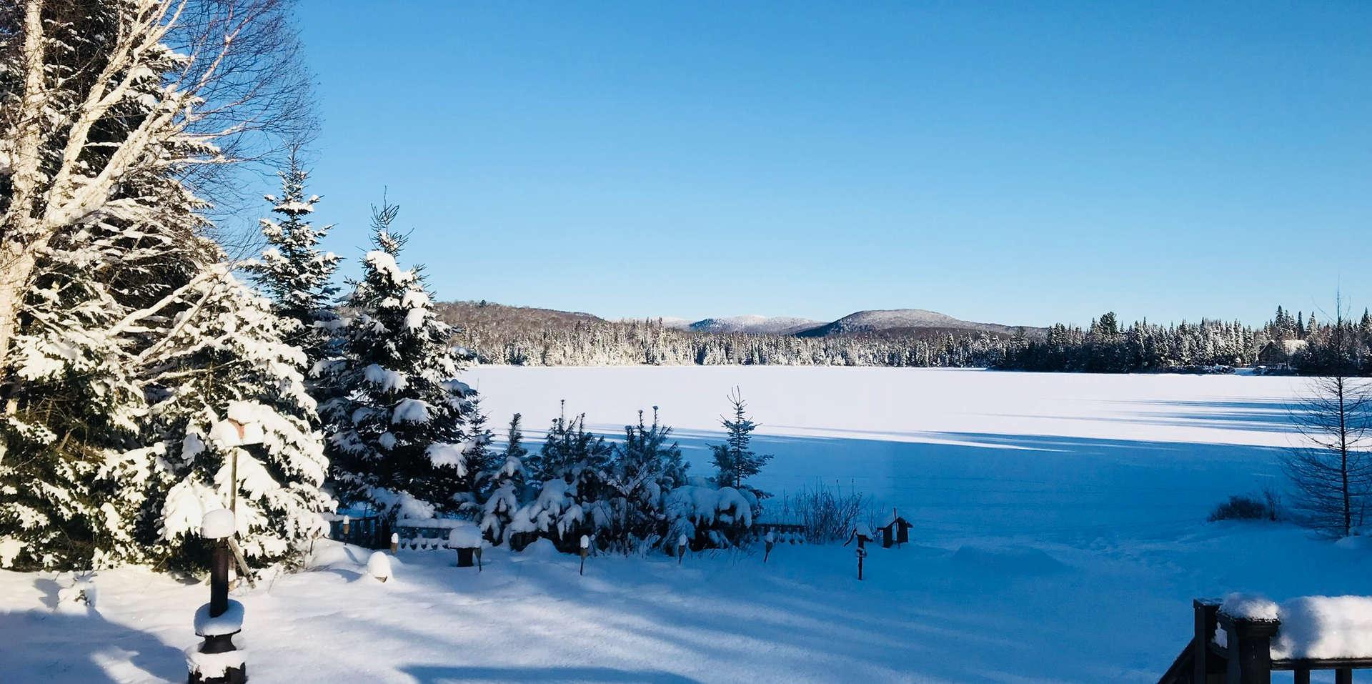 Chalet à louer au Québec   face au lac   4 saisons Le Cocooning L'Ascension   Vue de l'intérieure