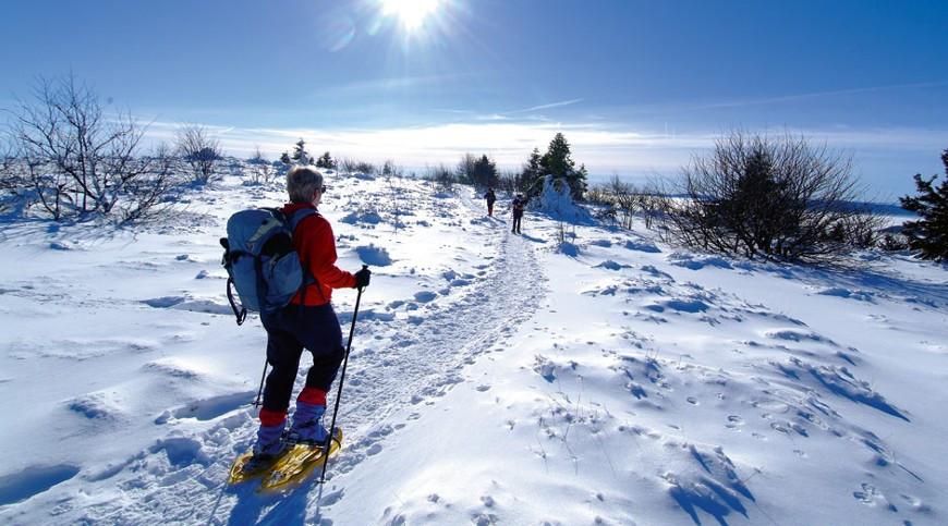 Chalet à louer au Québec | face au lac | 4 saisons Le Cocooning L'Ascension | Sentier de raquette