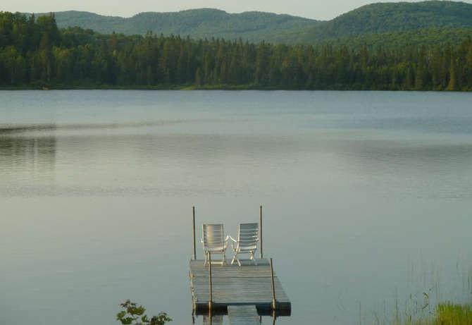 Chalet à louer au Québec | face au lac | 4 saisons Le Cocooning L'Ascension | Le quai et les montagnes