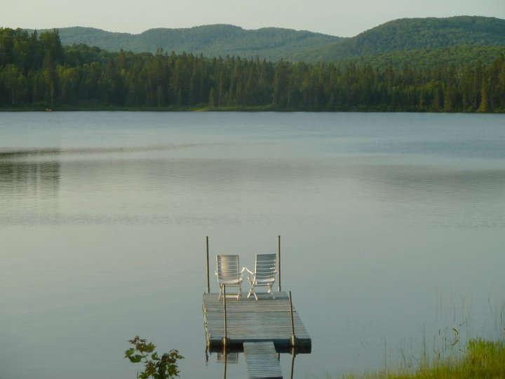 Chalet à louer au Québec   face au lac   4 saisons Le Cocooning L'Ascension   Le quai et les montagnes
