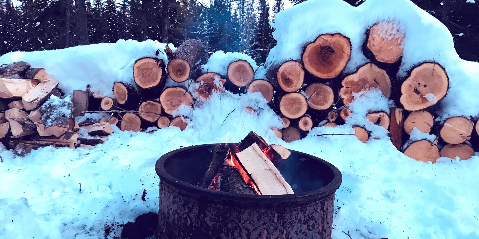 Chalet à louer au Québec | face au lac | 4 saisons Le Cocooning L'Ascension | Feu de camps en hiver
