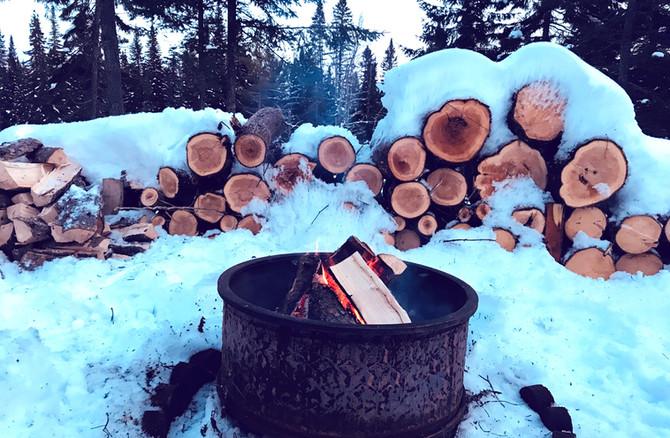 Chalet à louer au Québec   face au lac   4 saisons Le Cocooning L'Ascension   Feu de camps en hiver