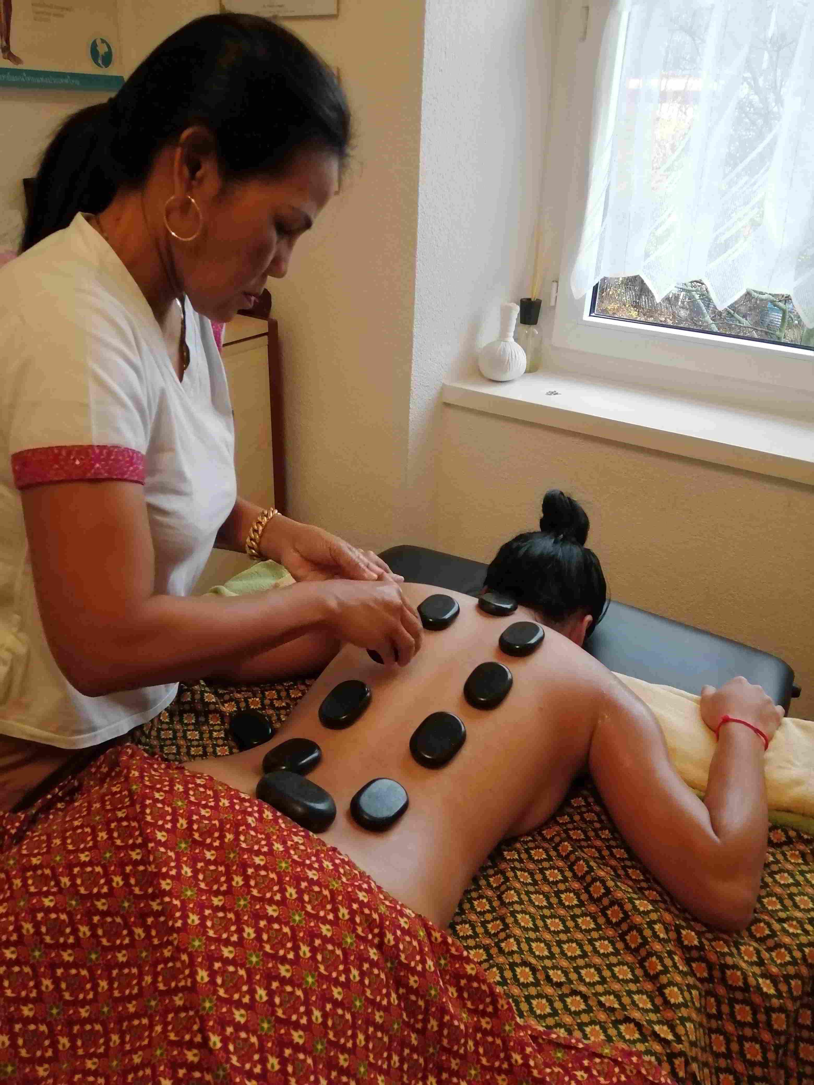 """Hotstone  """"Heisse-Steine Massage"""""""