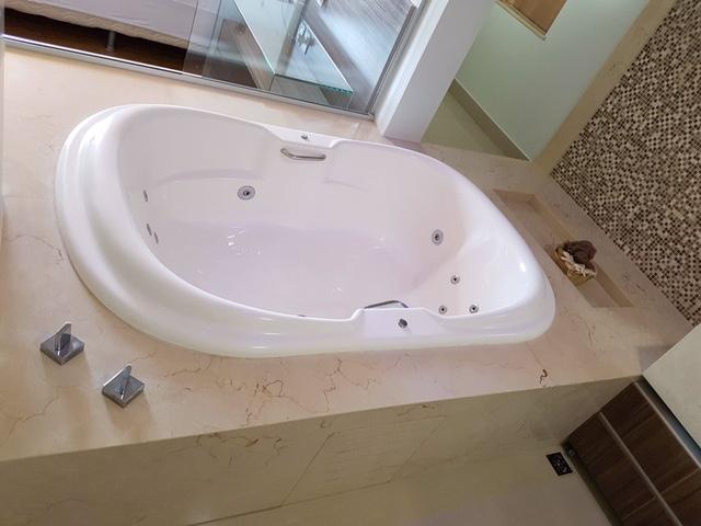 Detalhe da banheira com nicho em crema marfil
