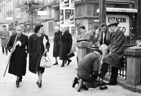 Antonio Gades y Vicente Escudero en las Ramblas, Barcelona 1963 Colita.jpg