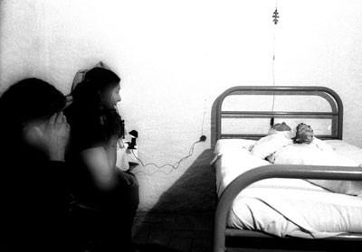 CARMEN AMAYA EN SU LECHO DE MUERTE.jpg