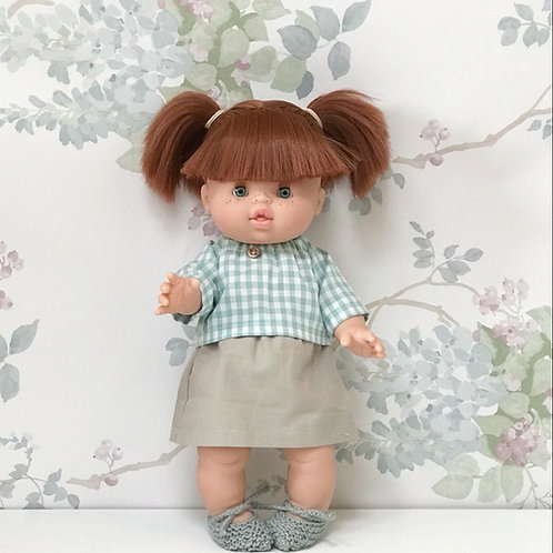 Muñeca con falda y blusa