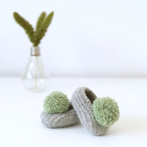 Slippers fieltradas con pompón / Felted slippers with pompom