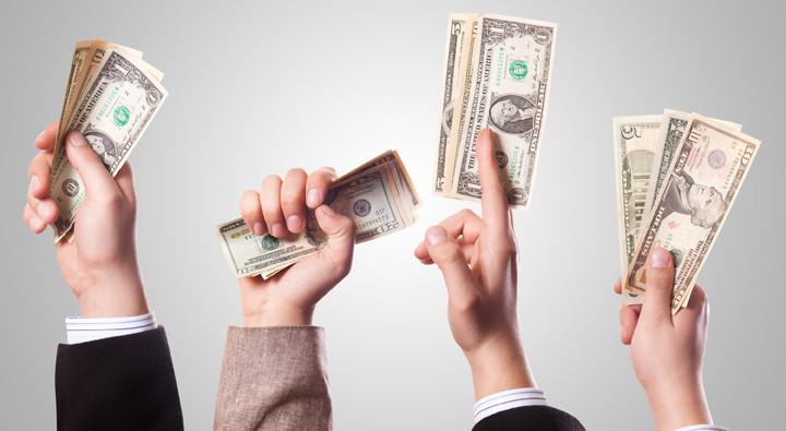 manos con billetes.jpg