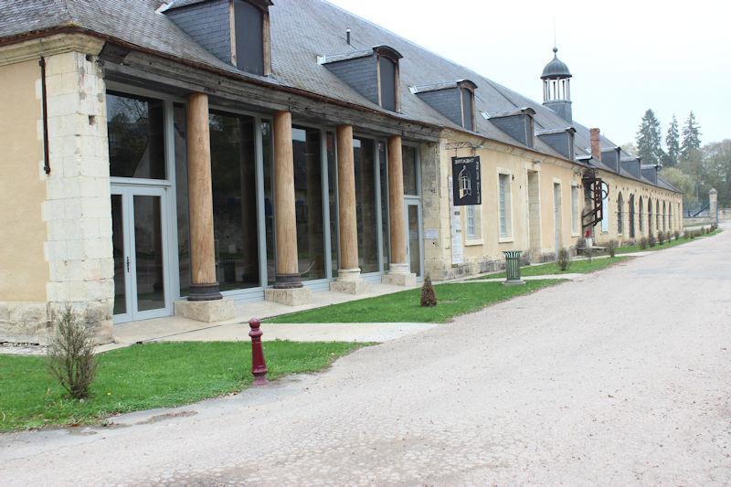 La salle Olympe de Gouges, le théâtre des Forges Royales et le bâtiment à clocheton