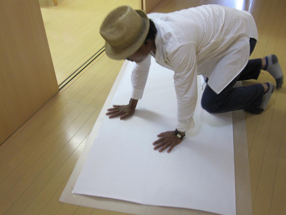 絵画教室の準備をする岩城浩平先生