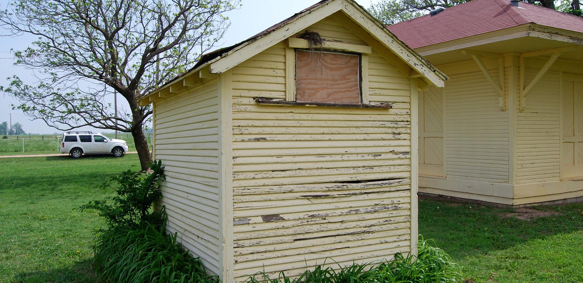 KCMO(ATSF)- outhouse