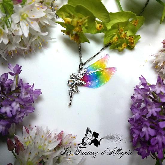 Collier pendentif argenté fée cochette aile de fée couleur arc en ciel