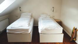 על מיטות נפרדות