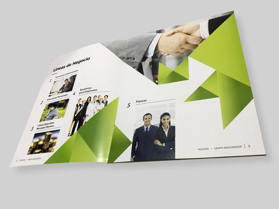 Interiores Brochure Holding 1.jpg