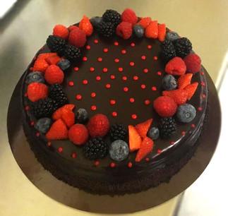 Torta-compleanno-cioccolato-e-frutti-di bosco