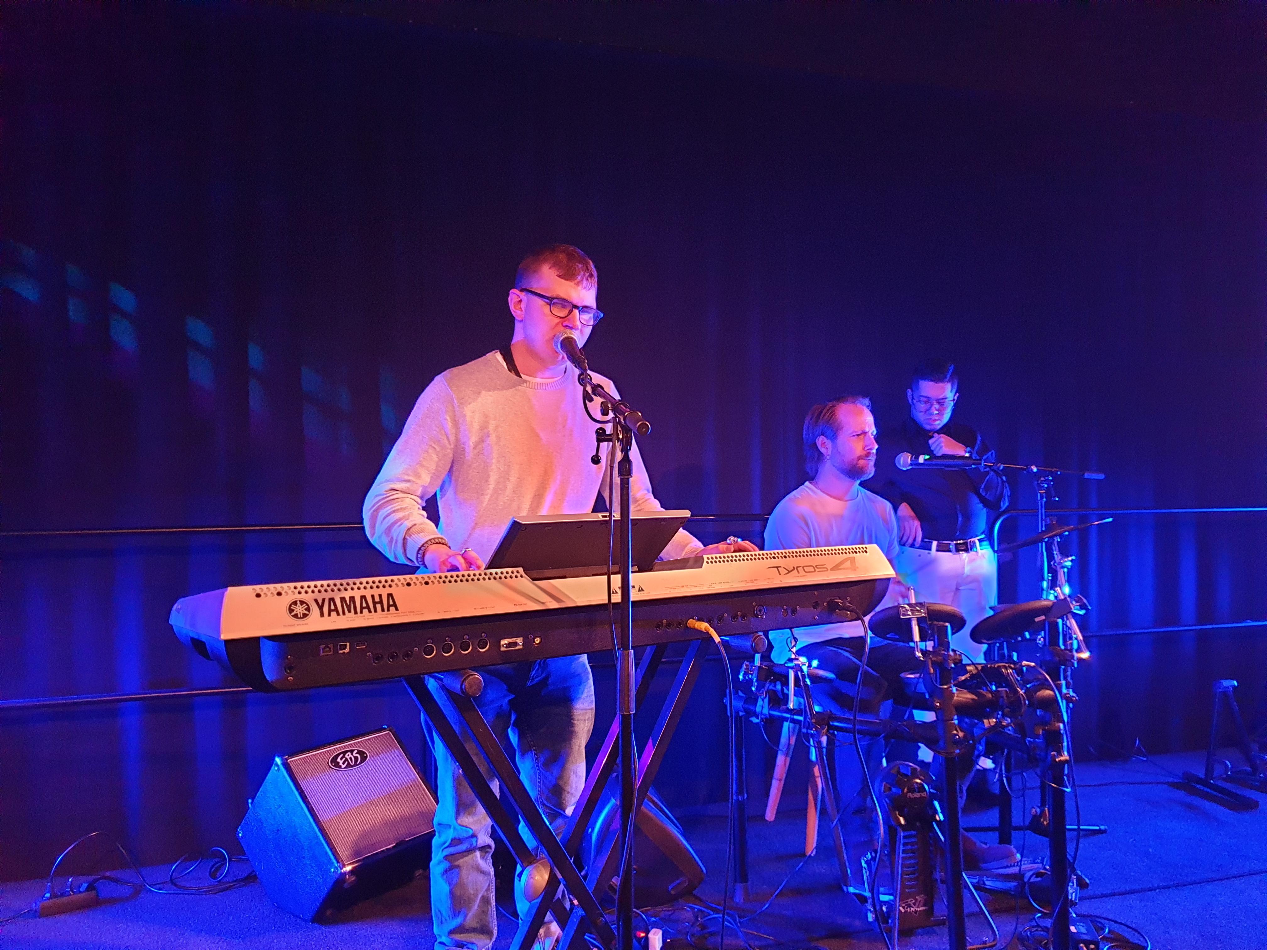 Keyboard med Grunden Band