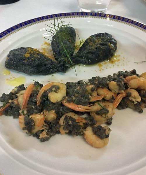 1皿めのパスタはイカスミのフレーグラ、小エビ添えとイカスミ生地のラビオリ