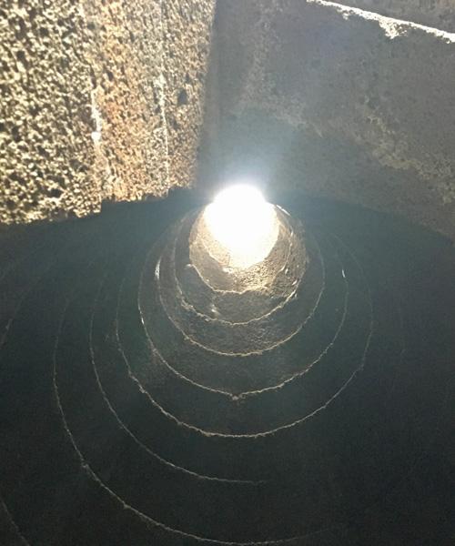 聖なる井戸の中から見上げたところ