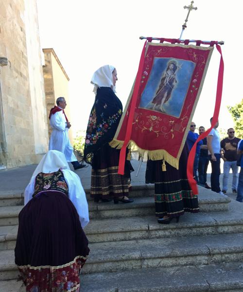 伝統衣装を着けた女の子たちの登場