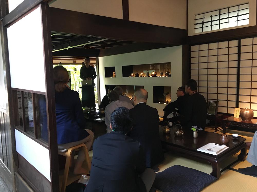 燕市を代表するものづくり企業、玉川堂。社長のお話に聴き入っていらっしゃいます。