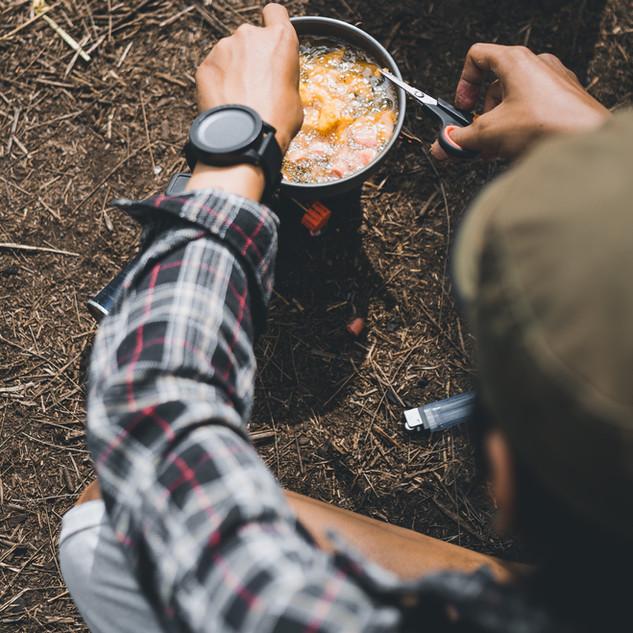 Camper Mahlzeit vorbereiten