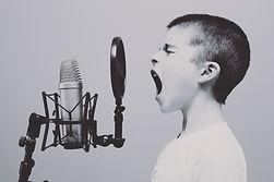 Enfant qui chante dans un micr
