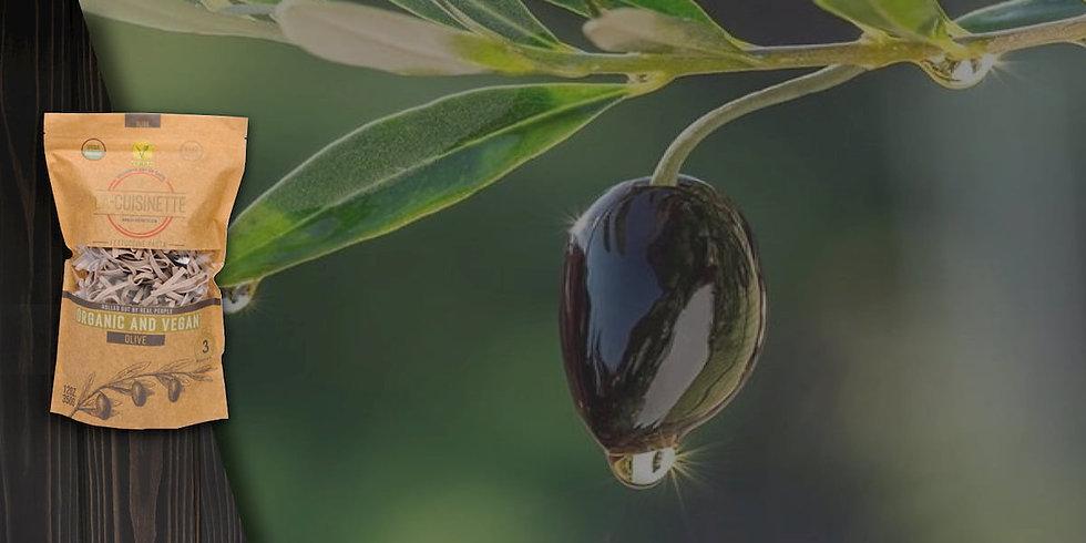 Wir mischen Bio-Oliven, die reich an A, D, E, K und nützlichen Ölen sind, mit dem Mehl, das wir aus Bio-Trommelweizen erhalten, und stellen handgemachte Olivennudeln her. Haben Sie eine gesunde Mahlzeit. Zutaten: Bio-Weizenmehl, 20% Bio-Oliven und Wasser. Jede Bio- und vegane Gemüse-Fettuccine-Nudelpackung enthält 350 g und enthält mindestens 20% Bio-Gemüse.