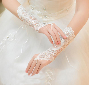 Long gloves go well with sleeveless wedding gowns, while short gloves can be worn with long as well as short sleeves