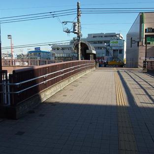 3. 北口を出て歩道橋を渡り左手のバスターミナルへ