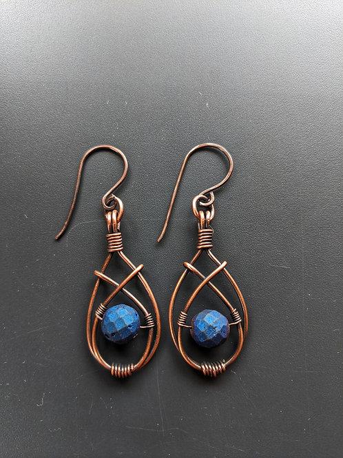 Small 2 wire crossed teardrop earrings