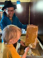 Hunajakennon kuoriminen