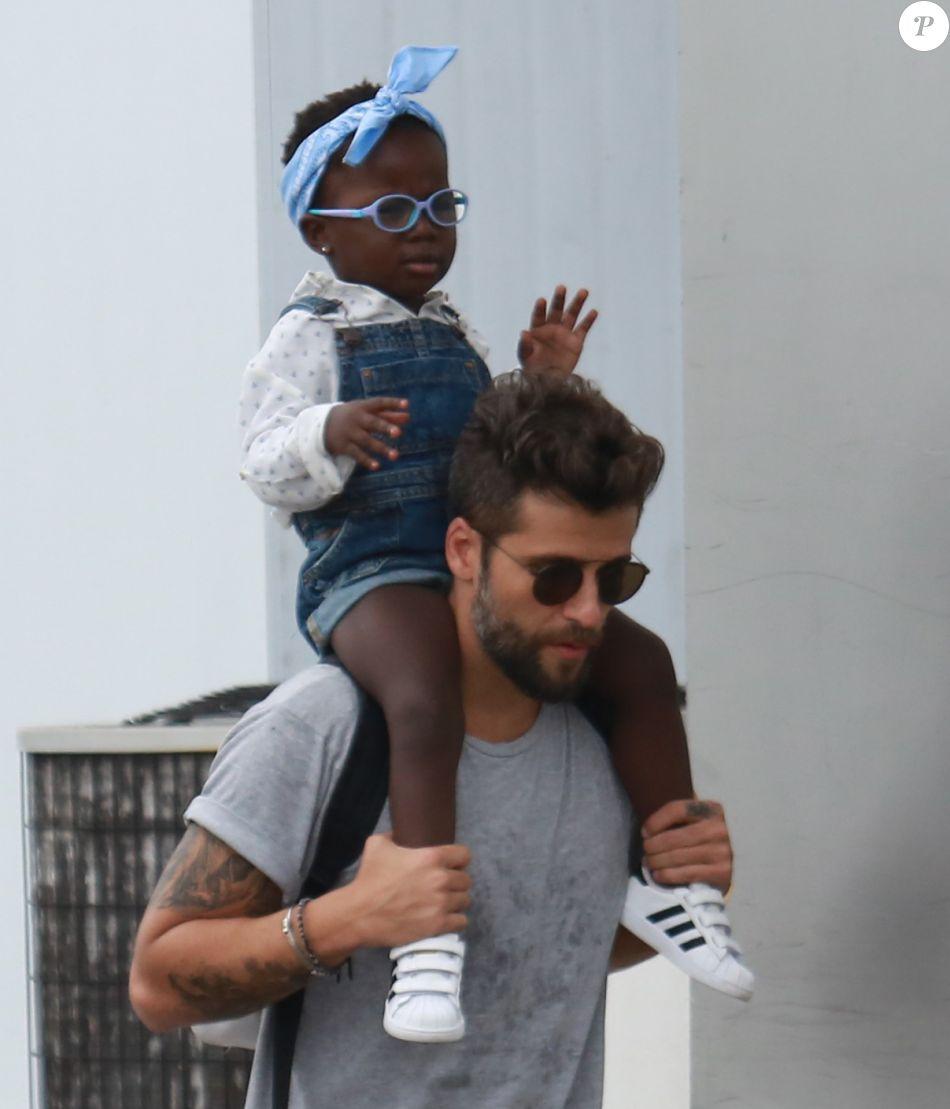 Titi adora andar nos ombros de papai