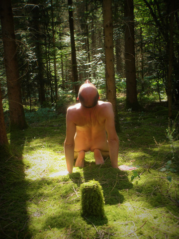 hormme naturiste nu face au soleil